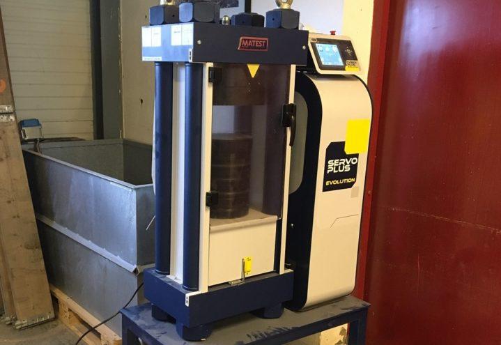 Trykkprøvepress til trykkfasthet av betong